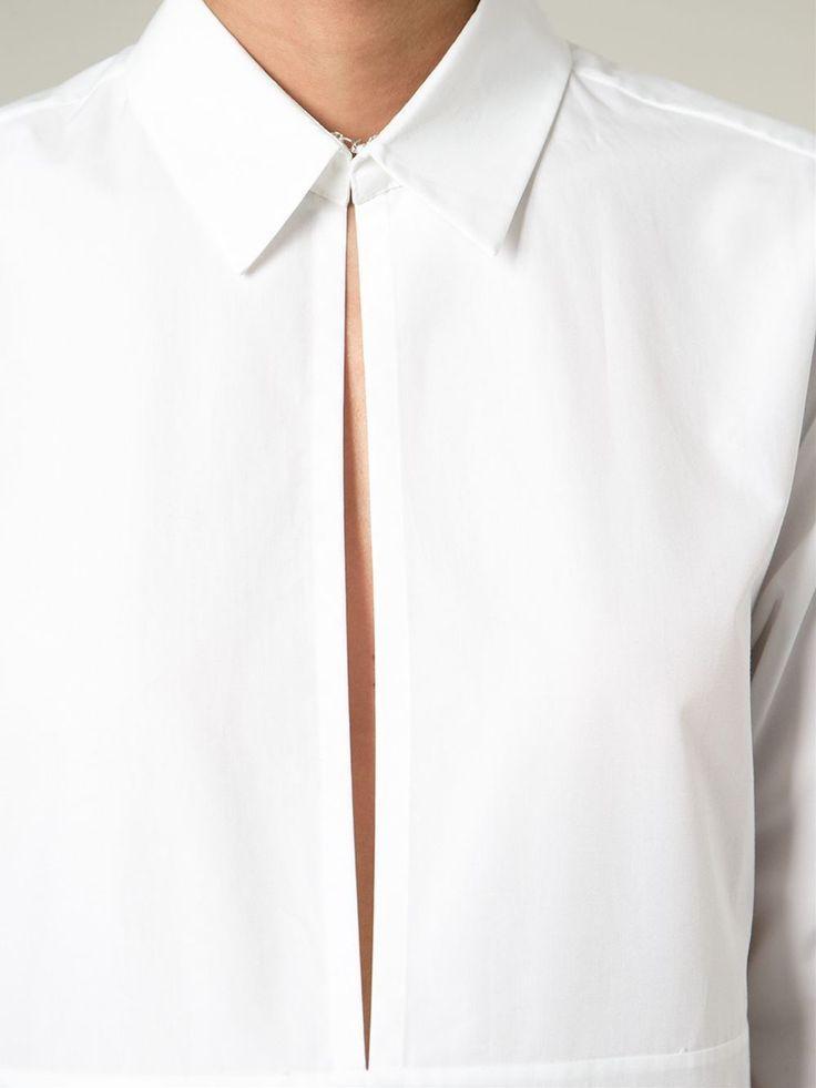 Una camicia bianca e nient'altro. A volte lei da sola può diventare i punto cardine di tutto un look. Dal taglio sartoriale, minimal, asimmetrica, bon ton, over size, super stretch, ne esisto…