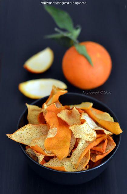Bucce d'arancia essiccate per preparare la polvere d'arancia