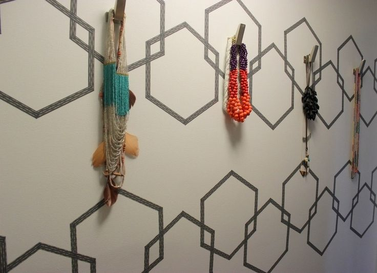 décoration murale en masking tape et porte-bijoux en patères murales