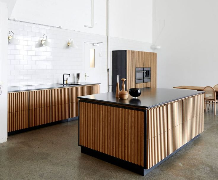 OeO og Garde Hvalsøe har sammen designet et kjøkken der japansk estetikk er fusjonert med nordisk håndverk. Her i oljebehandlet eik med bordplater i svart glødestål. Kjøkkenet tegnes individuelt etter kundens ønsker. Model OeO, som vist på bildet, 567 924 kr, ekskl. hvitevarer, Garde Hvalsøe.