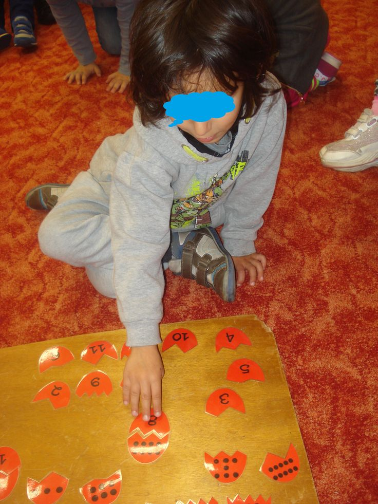 Γλώσσα   Παιχνίδι Φωνολογικής Επίγνωσης: Σπασμένα Αυγά   Tα παιδιά καλούνται να βρουν το άλλο μισό κάθε αυγού αντιστοιχίζοντας κάθε εικόνα...