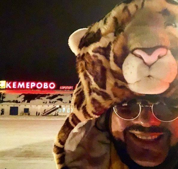 Филипп Киркоров в необычном костюме тигра рассмешил жителей Кемерова http://oane.ws/2017/11/24/kirkorov-v-neobychnom-kostyume-tigra-rassmeshil-zhiteley-kemerova.html  Король российской эстрады Филипп Киркоров, одетый в необычный костюм тигра, рассмешил жителей Кемерова. Артист прибыл в населенный пункт поздней ночью, но поспешил сообщить своим подписчикам в Instagram, что их ждет незабываемое шоу.