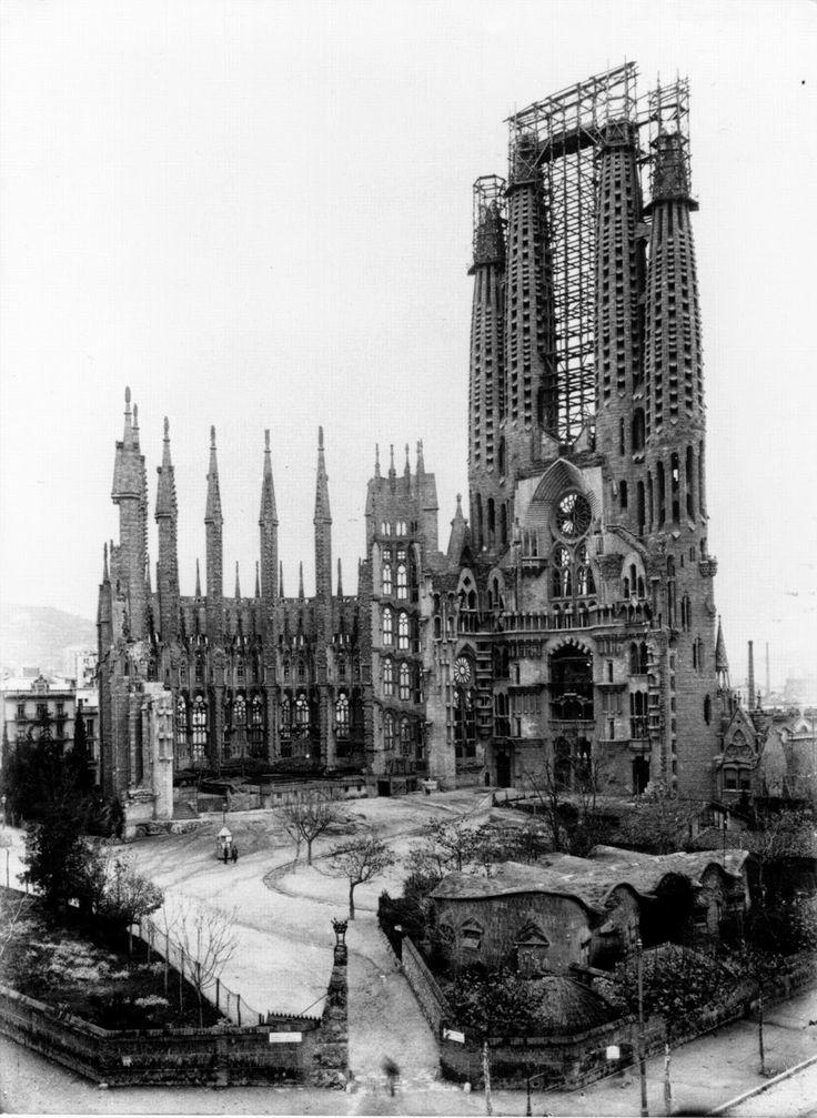 Las Escuelas de la Sagrada Familia. Pequeño edificio construido en 1909 por Antoni Gaudí, situado en el recinto delTemplo Expiatorio de la Sagrada Familia (parte inferior foto, a la derecha).