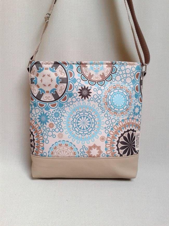 A kék mandala mintha és a homokszín csak úgy szikrázik ezen a táskán. Olyan, minta mindig a tengerparton lennénk a ragyogó napsütésben! A táska anyaga tartós, vízlepergető, tisztításkor egyszerűen le lehet törölni, és ugyanúgy mosható, mint minden Monimi termék. Táskamerevítő és vatelin teszi erőssé és jó tartásúvá. #Lovely-bag 06 #női #táska