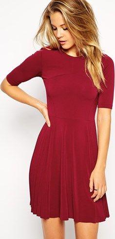 Vestido skater rojo marsala con detalle de pliegues en la falda de ASOS. Un look casual sexy y femenino