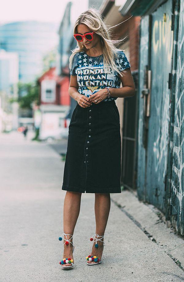 Look saia midi t-shirt e óculos poderoso
