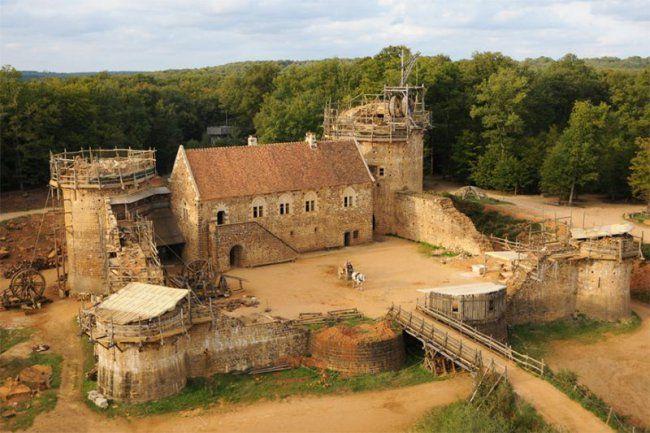 Французы 20 лет строят средневековый замок по средневековым технологиям http://shnyagi.net/62022-francuzy-20-let-stroyat-srednevekovyy-zamok-po-srednevekovym-tehnologiyam.html  Замок Геделон в исторической области Бургундия, Франция, является уникальным проектом - его строят исследователи и добровольцы, используя только те технологии и материалы, которые использовались в XIII веке. Строящийся на протяжении 20 лет замок ежегодно посещают более 300 000 туристов, чтобы посмотреть на мельницу…