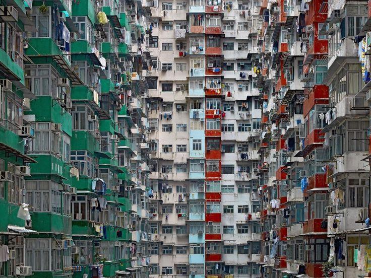 Organizzata su nuove basi associative, la decima edizione della Biennale dell'immagine dal titolo Borderlines Città divise/Città plurali presenta a Chiasso un programma che solo una scorsa superficiale può far credere…