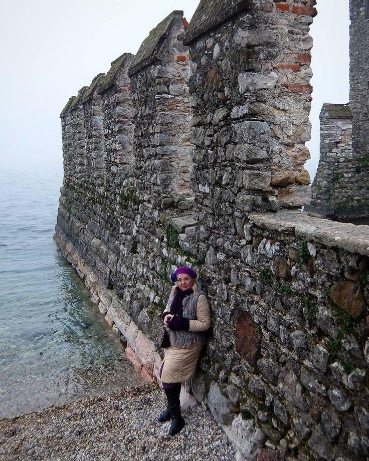 Озеро Гарда.Крепость Сирмионе.Все в тумане, гор не видно, воду тоже только у берега😂😂😂Но все равно ощущаешь, как красиво вокруг.#сирмионе #garda #ig_italia #instagramitalia  #япутешествую #foto_sergei_kalugin #trip #travel #обиталии #озерогарда