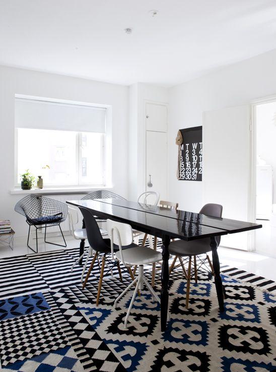 fantastiskt mattcollage!  Susanna Vento's homeDining Rooms, Floors Pattern, Negative Spaces, Graphics Prints, Interiors, Diningroom, Black White, Rugs, White Kitchens