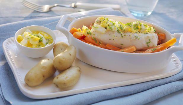 Det er en grunn til at tradisjonsrike oppskrifter er blitt nettopp det – og den grunnen er smaken. Ovnsbakt torsk med eggesmør og gulrot er en ny variant av en klassiker.