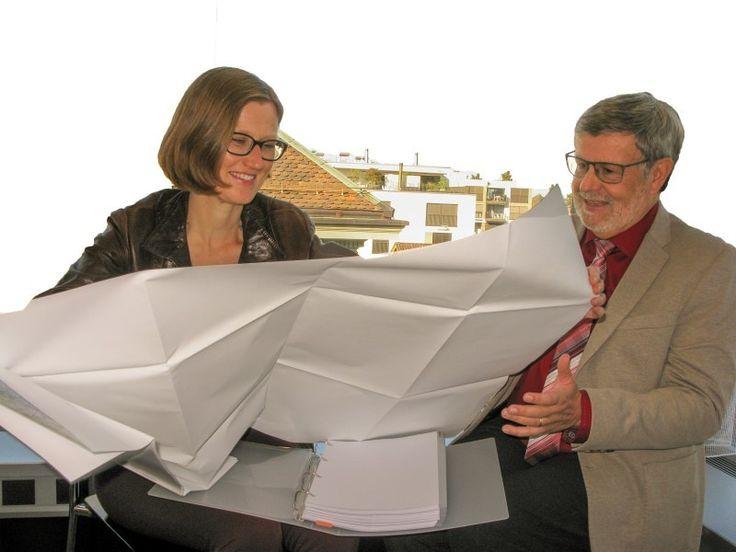 Andrea Näf-Clasen und Werner Fleischmann studieren im kantonalen Richtplan die Verteilung der Siedlungsgebiete im Thurgau.