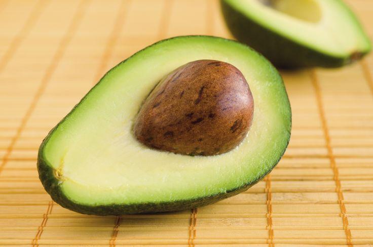 Controle el colesterol malo con un aguacate al día   Por: @linternistahttp://medicinapreventiva.info/dieta-y-alimentacion/9750/controle-el-colesterol-malo-con-un-aguacate-al-dia-por-linternista/Comer un aguacate al menos una vez al día puede ser una vía saludable para mantener el colesterol malo a raya. Lo asegura una investigación que se publicó en Journal of the American Heart Association, en la que se señala que seguir una dieta moderada en grasa, en la que