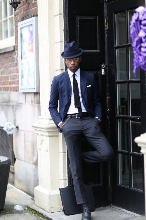 紺ダブルジャケット×チャコールグレースラックス×黒チャッカブーツ | メンズファッションスナップ フリーク | 着こなしNo:94222