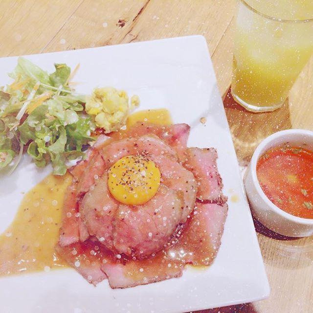 ♡♡♡♡ ・ ・ パインジュースが1番美味しかった。 ・ ・ #ローストビーフ#丼#肉#パインジュース#🍍#ハワイアンカフェ#lunch#cafe#juice#drink#meat