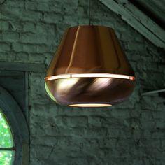 La suspension T1 de la designer belge Hind Rabii est un luminaire  à la fois simple, élégant et coloré. Une véritable bague à l'extérieur cuivré où toute la magie exulte de l'intérieur aux couleurs mandarines. Un contraste est mis en scène par la diffusion directe et en flux concentré de la lumière. Une suspension chic idéale pour le salon, chambre, couloir...pour donner un coup de peps à votre intérieur.<br><br>La suspension est également disponible en blanc et transparente. <br><br…