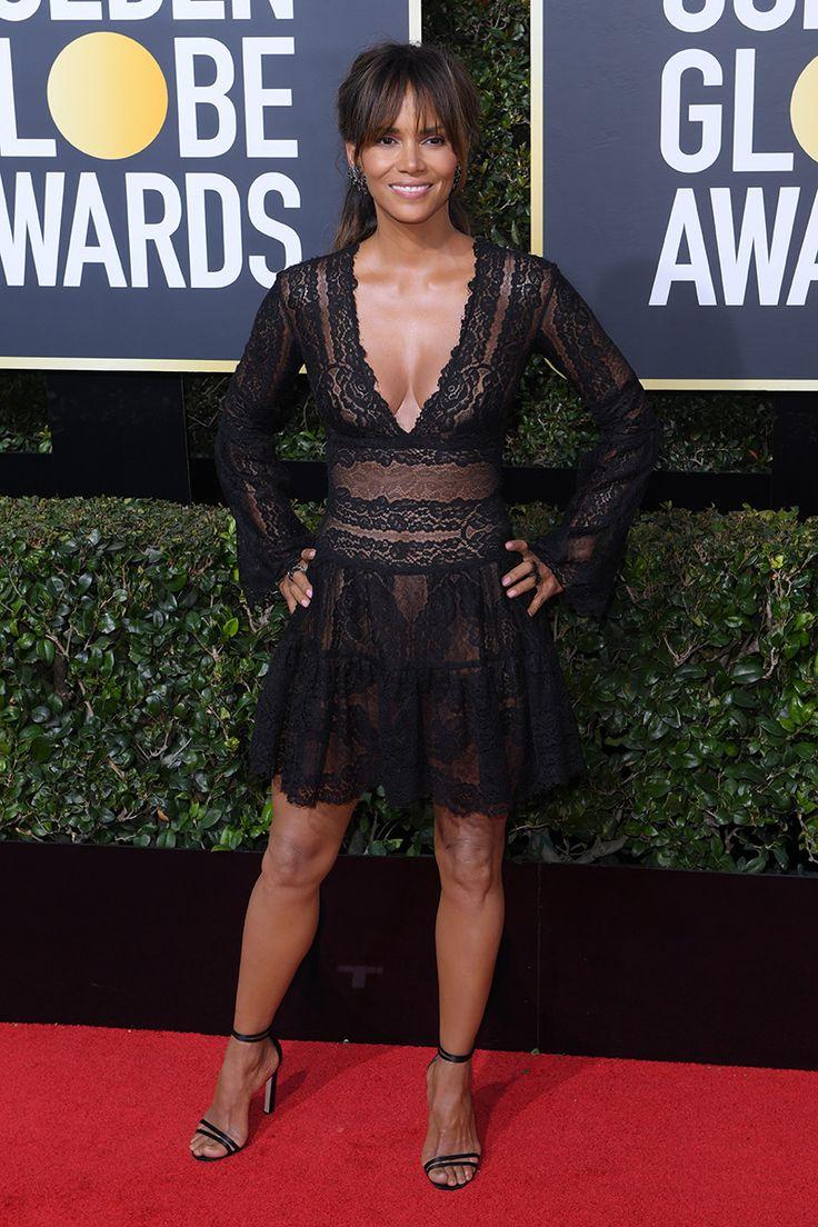 Halle Berry met les jambes enviables sur l'étalage dans une robe noire de dentelle au Globe d'or