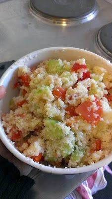 Sinah von Zitronenblau war am Mittwoch mitten im UNI-Stress und fand zum kochen nicht viel Zeit. Was sie so schnell nebenbei zaubert, schaut aber für mich sehr lecker aus: Couscous-Salat