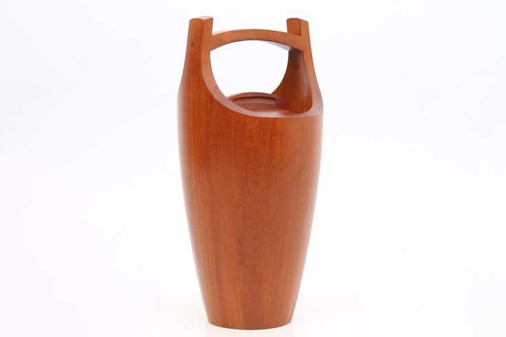 This teak ice bucket, model Congo, was designed in 1955 by Jens Quistgaard and made by Dansk Design. The bucket features a plastic bucket inside. www.reModern.dk