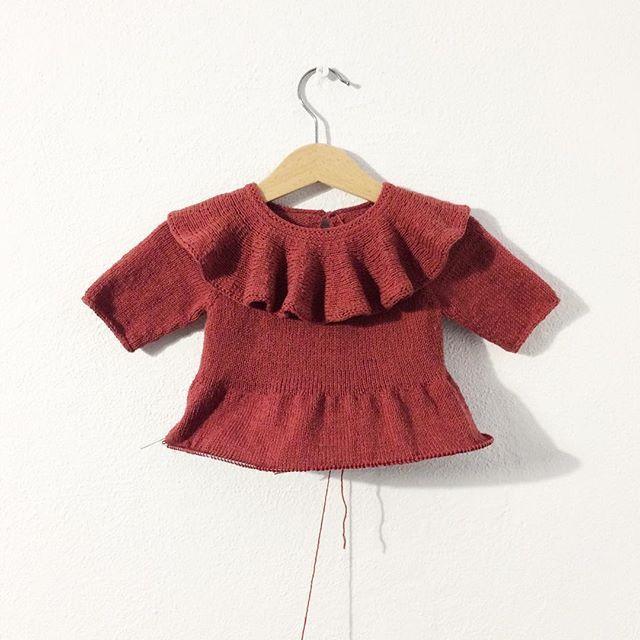 Christmas dress? Simple, but yet so sweet. Perhaps for a little girl this Christmas. In the making - but in what sizes?  #wikn #påpinnene #onmyneedles #julestrikk #christmasknitting #christmasdress #julekjole #juleantrekk #jentestrikk #knitforgirls #puresilk #knittingforolivespuresilk #rustrød #knitting_inspiration #knittingforolive