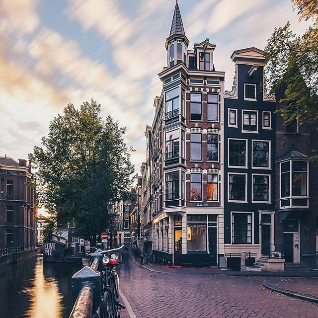 ¡Buenos días desde Ámsterdam! Si hay algo que caracteriza a esta asombrosa ciudad son las fachadas de sus casas: las hay estrechitas, más anchas, de colores, con ladrillo a la vista... --- Good morning from Amsterdam! If there's something eye-catching in this wonderful city are its houses, which look very different one from another: ones are known to be impressively narrow, others are colourful, whereas a bunch of them are made of red brick... there's plenty of variety! And that's what we…