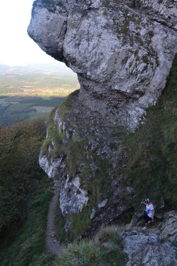 Bajada entre rocas desde la campa de Atxuri al Humedal de Saldropo, Parque Natural de Gorbeia