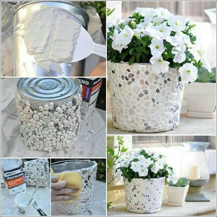 Reutilizacion de lata con mosaicos de piedritas y cemento blanco.