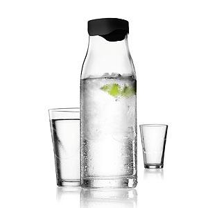 La jarra de agua de 1 litro de Menu, reconocido por sus diseños, tiene tapa automática. De cristal transparente, deja pasar el agua mantiendo el hielo en su interior. 29.95€