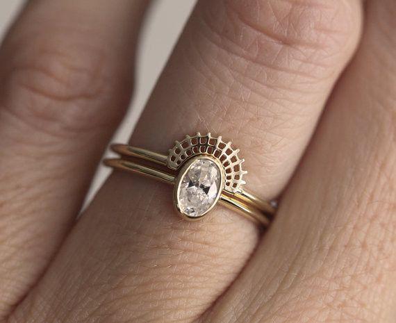オヴァールダイヤモンドリングとクラウンレースリングのセットリング。それぞれ別々に身に着けてもいいですし、レースクラウンリングはシンプルなので、他のお手持ちのリングともあわせることができます。オヴァールダイヤモンドリングダイヤモンド: 0. 45 carat色度E- G, 明度 VSーVVS, コンフリクトフリーバンド材質: 14k/18k イエロー/ホワイト/ローズソリッドゴールドバンド大きさ:幅約1.6mm、厚さ1.2mmレースクラウンリングバンド材質: 14k/18k イエロー/ホワイト/ローズソリッドゴールドオヴァールリングはモアッサンでも作成することができます。興味がある方は遠慮なくご相談ください。製作には14日営業日かかることをご理解ください。