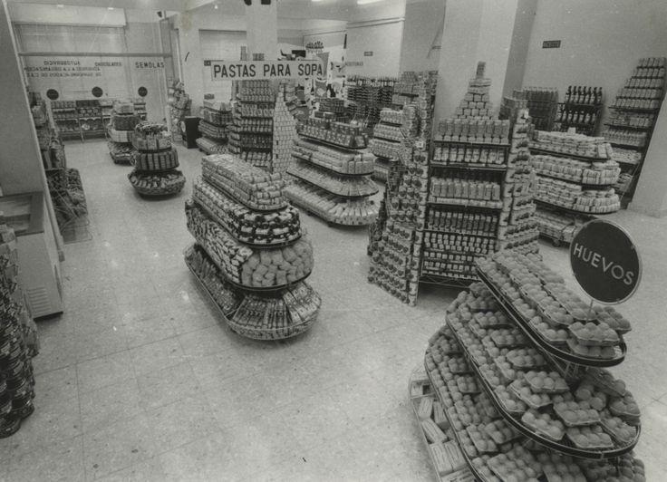 Estanterias del supermercado Ullibarri de la calle Olaguíbel. Año 1960