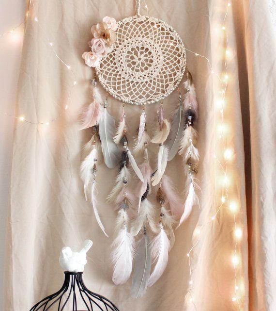 Poet's Blossom . attrape-rêves plumes rose, gris et blanc avec fleurs vintage, quartz rose et Swarovski .