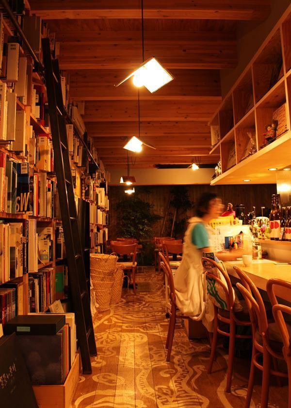 5000冊の写真集と和定食の店「写真集食堂 めぐたま」。東京の夜遊びは読書で 陽の落ちる時間が日に日に早くなり、夜が長くなってくるこの季節。家でお酒を飲みながら本を読んで過ごす、という人も多いのでは。もし、その読書を自宅以外の場所、たとえばどこかのお店でしてみたら……?いつもと違う読書体験が楽しめるかもしれない。仕事帰りにふらり、本との出会いと素敵な空間を求めて「夜遊び読書」をしたくなるようなお店を紹介していく。今回訪れたのは、東京・恵比寿にある「写真集食堂 めぐたま」だ。