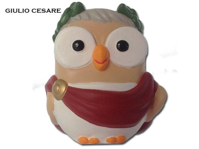 Il gufo Cesare di Egan è la simpatica imitazione del console romano Giulio Cesare, ricordato per le sue imprese militare che fecero diventare Roma un impero.Prezzo: €19,80. Visita il nostro sito  www.righouse.it per scoprire altri incredibili prodotti nel nostro shop on-line.