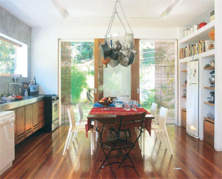 Preso ao teto, o paneleiro de metal forma um interessante arranjo de acessórios culinários