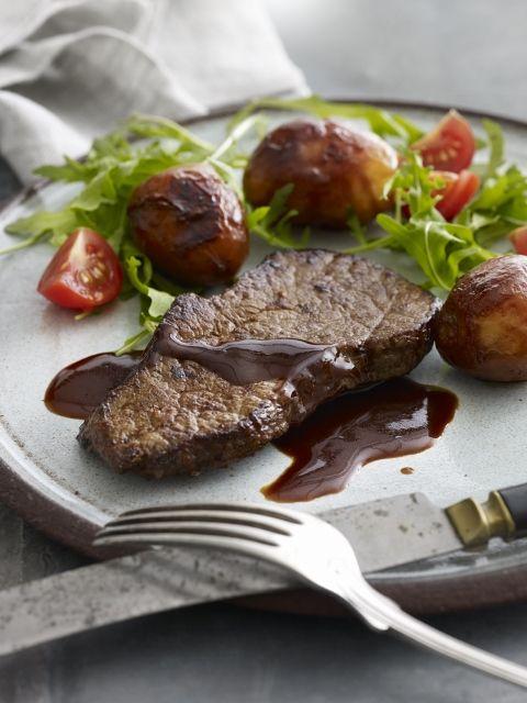 Mehevän grillipihvin parina maistuu maukas muscovadopunaviinikastike! Kurkista resepti: http://www.dansukker.fi/fi/resepteja/muscovado-punaviinikastike.aspx #muscovadosiirappi #grillaus #grilli #pihvi #kesa Maista ja hurmaannu!