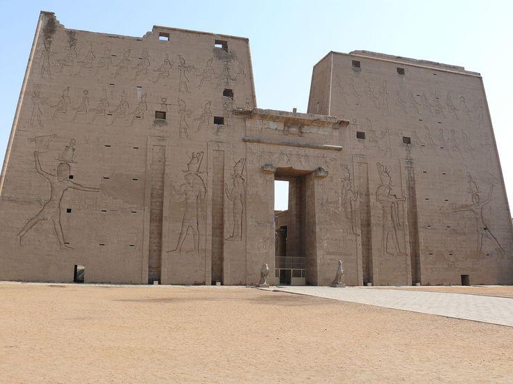 Pylônes du Temple d'Horus à Edfou - C'est le deuxième édifice d'Égypte en grandeur après Karnak : 137 m de long, 79 m de large, 36 m de haut. Il fut érigé sur un temple beaucoup plus ancien. Ses travaux de construction commencèrent sous Ptolémée III en -237, pour finir sous Tibère, 180 ans plus tard. Sa structure est presque semblable à celle de Dendérah. Entièrement construit en grès, ce temple est remarquable par son plan harmonieux aux proportions parfaites.