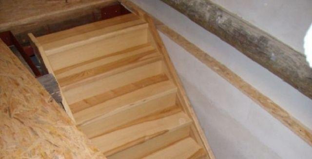 Jednoduché dřevěné schody zvládnete sami.