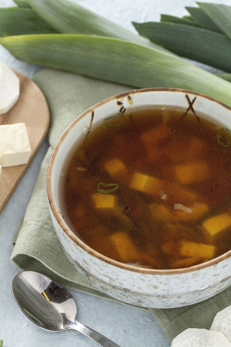 La #zuppa di #miso (o #misoshiru) è uno dei cibi tradizionali della cucina giapponese! Cos'è il miso? Si tratta di un condimento a base di semi di #soia e altri cereali, come orzo o riso, fermentati attraverso l'azione di un fungo particolare! Il sapore è piuttosto deciso  e io ho deciso di accompagnarlo con pezzetti di #tofu!