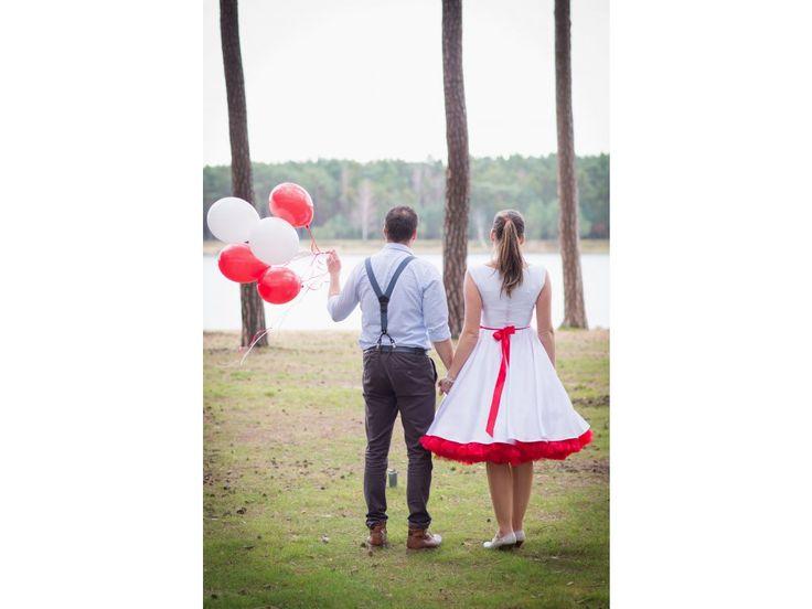 SUSAN svatební retro šaty bílé. lodičkový výstřih knoflíčky na zadní straně kolová sukně pásek s ozdobnou sponou délka sukně 60 cm, zip na boku