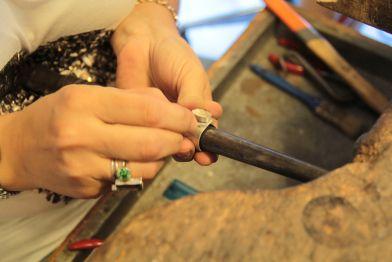 Yaşam fazlasıyla yorucu ve stresli; hobiler de olmasa…   İzmir de sanat ve tasarım atölyesinde gümüş takı tasarım ve uygulama dersleri başladı…  Sizde birebir gerçekleşen bu özel etkinliğe katılın… gümüş takı dersi - hobi kursu- izmirde gümüş takı kursu - ışıltan ırmak - atölye - sipariş - göztepede gümüş takı kursu