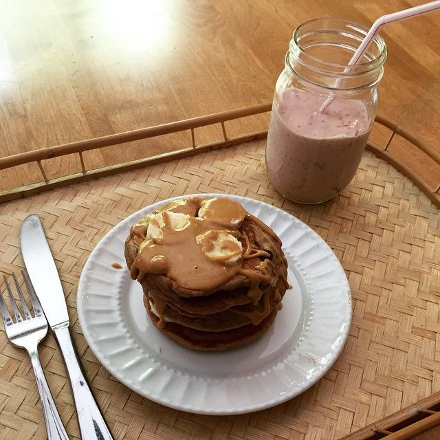 #tbt to that time I put a lot of effort into my breakfast and feasted like a queen 🍴👑 -whole wheat chocolate chip protein pancakes topped with pb2 and banana -strawberry banana smoothie