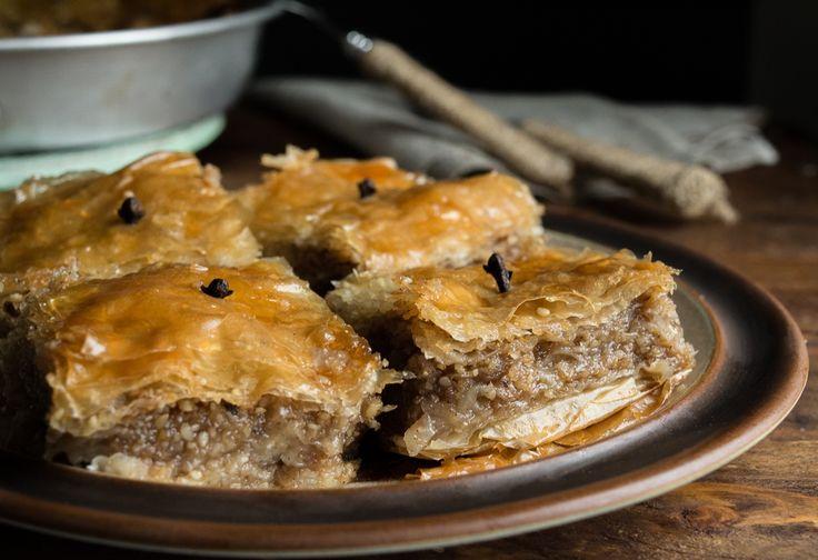 Η σουσαμόπιτα, σαμόπιτα ή σησαμόπιτα είναι η πιο αέρινη και γευστική εκδοχή του μπακλαβά και ίσως η προγενέστερή του εκδοχή!