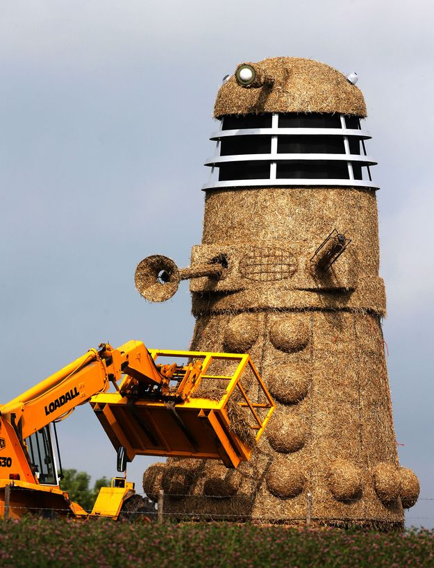 Snugbury's ice-cream shop in Nantwich, Cheshire have created a Dalek from six tonnes of straw, and five tonnes of steel. Well, OF COURSE they have!! :D #autism #aspergers