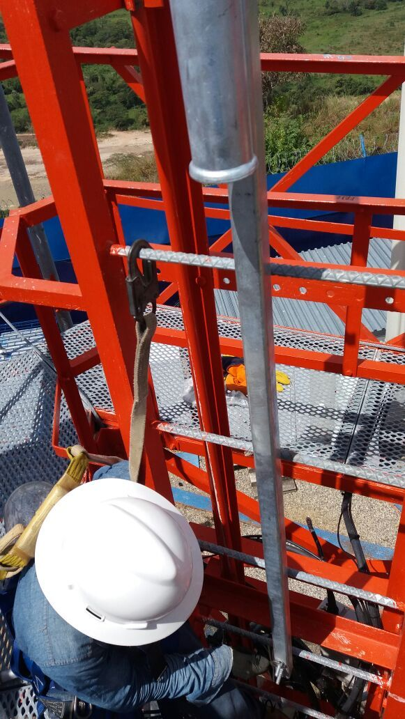 Instalacion luces de obstruccion en torre de telecomunicaciones