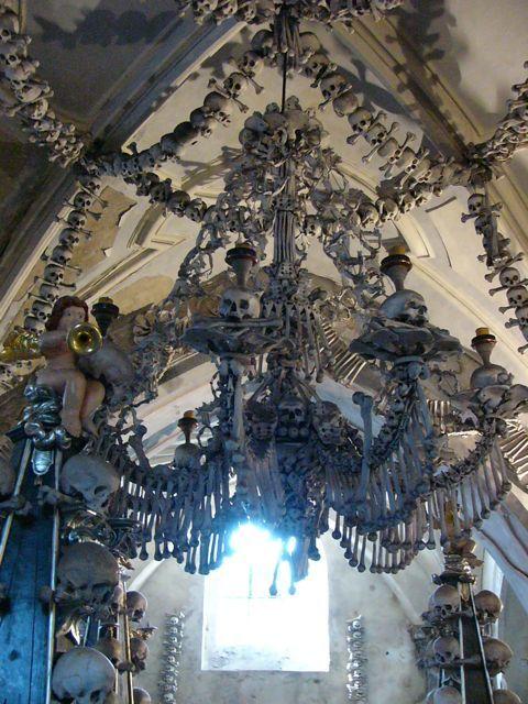 """40.000 Skelette arrangiert zu einem weltweit einzigartigen Kunstwerk: die sogenannte """"Knochenkirche"""" in der Nähe von Prag ist an Skurrilität kaum zu überbieten. Jetzt Kaffee oder Tee holen und hier weiterlesen: Prag – der morbide Charme der Ewigkeit Prag ist für Gothics eine Offenbarung! Der schönste Friedhof Europas, skurrile Höllendarstellungen an einer Kirche und eine Grotte […]"""