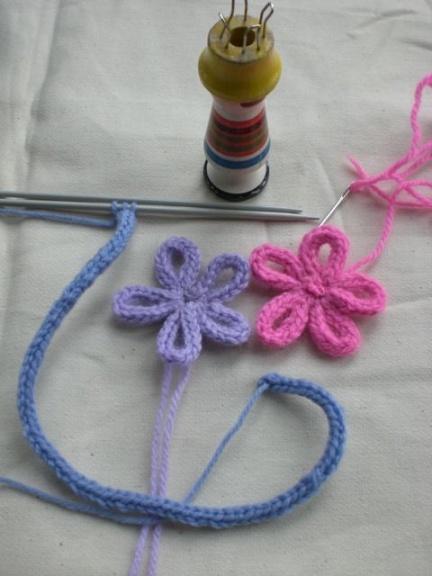 Fiori realizzati con i-cord/French maglia