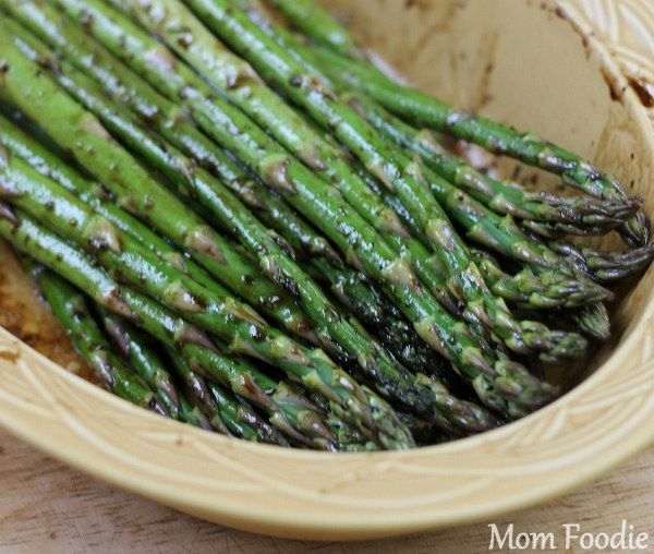 So easy! Made these for dinner tonight - Grilled Balsamic Asparagus - yum!
