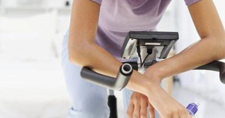 Cómo convertir una bicicleta en una bicicleta estática. ¿Estás pensando en montar un rato en bicicleta pero sin salir de casa? Hay dos formas de convertir tu bicicleta convencional en una bicicleta estática. Comprando un soporte para bicicleta o una base de rodillos, dependiendo de tus habilidades con la bici, puedes convertir tu bicicleta en una bicicleta estática. Esta es una buena forma para que el ...
