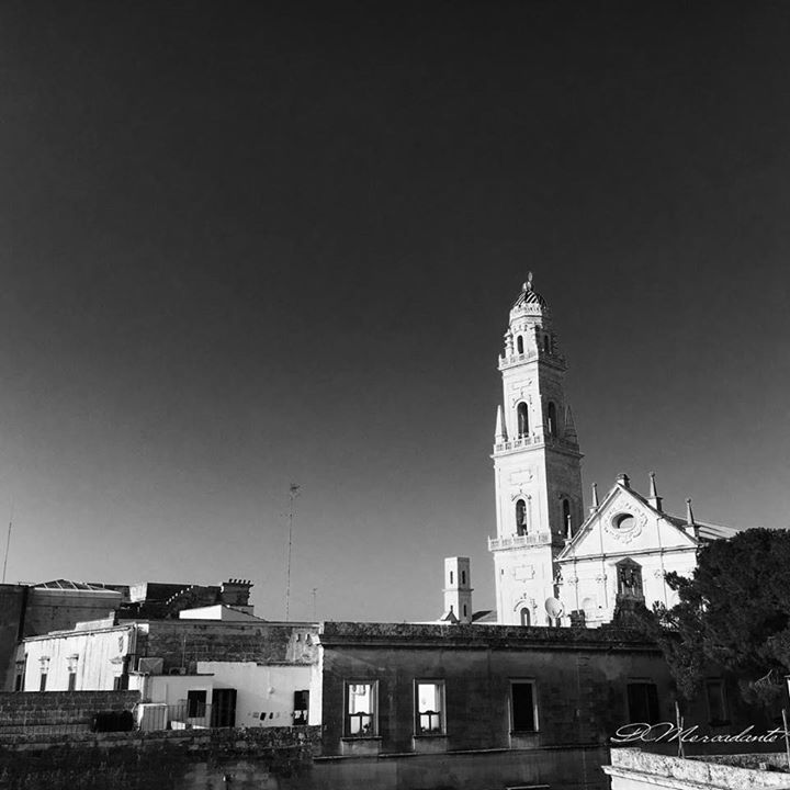 E ti ritrovi sui tetti a vedere una #Lecce insolita  #igersitalia #igersitaly #instaitalia #instagramitalia #volgoitalia #weareinpuglia #puglia #salento #exklusive_shot #passionpassport #visualsoflife #photowall #liveauthentic #huntgram #whatitalyis #perspective #ig_italy #italia365 #coloridipuglia #nelsalento #verso_sud #agameoftones #top_italia_photo #photography #canonphotography #bnw #bnwphotography