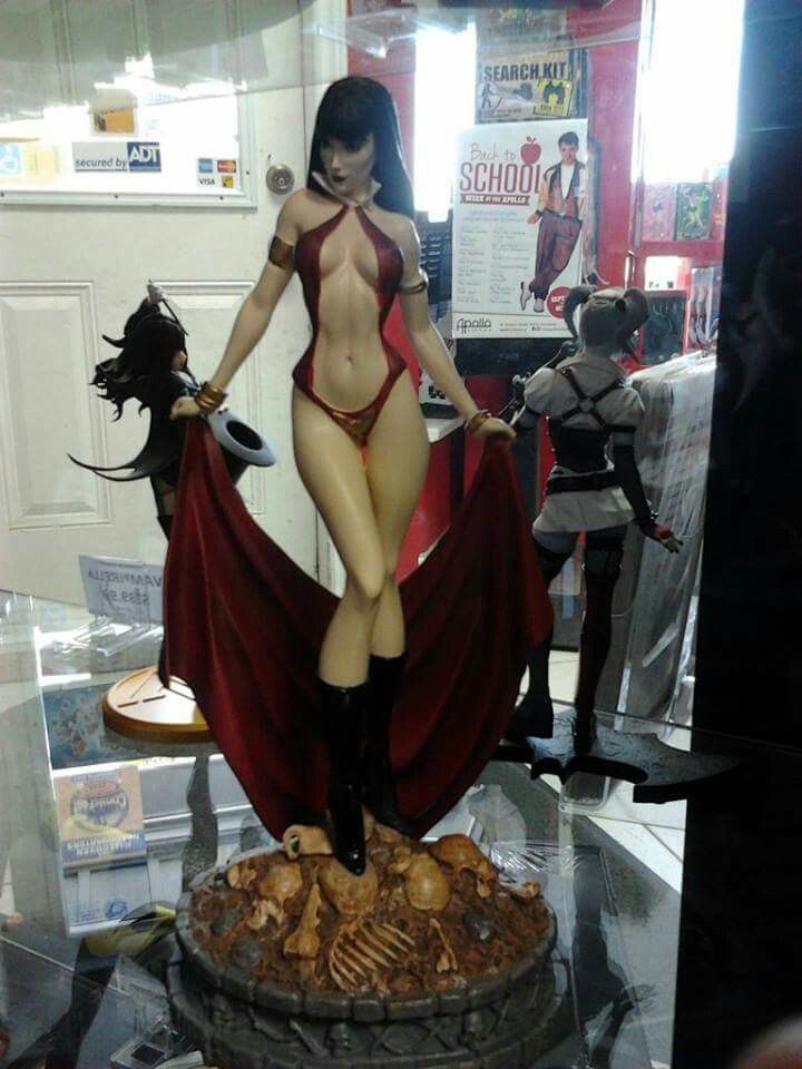 I love vampirella. But i love harley there in the background too!